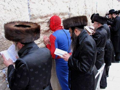 Спайдермен на Пурим у стены плача в Иерусалиме. Spiderman, western wall, Jerusalem, Purim.